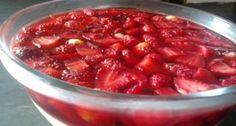 gelatina-com-creme-e-morangos