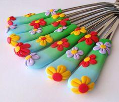 Květinové:)+Dezertní+lžičky+Pestrobarevná+DEZERTNÍ+lžičenka!+Duhové+držátko+barvy+jarní+travičky+a+jasného+nebe,+v+pozvolném+přechodu..+Na+něm+rostou+3+kytičky..+Lžiček+lze+vyrobit+tolik+kusů,+kolik+si+jen+budete+přát,+ale+jsou+vyráběny+ručně!+KAŽDÝ+KUS+JE+ORIGINÁL!+Je+možnost+objednat+s+vybraným+motivem+i+celou+příborovou+sadu!