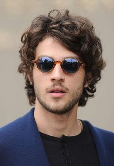 O ator exibiu estilo moderno ao aparecer no desfile da marca Burberry