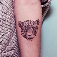 Tatuaje de un leopardo situado en el interior del antebrazo izquierdo, hecho a mano, sin máquina. Tattoo Artist: Nano · Ponto a Ponto