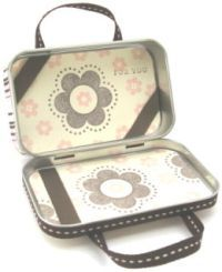 Another project to add to the altered Altoids tin category: an adorable mini purse.