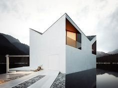 Crown House – Interessante Architektur im Gebirgssee