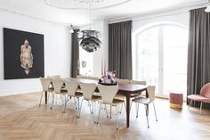 Large dining table from Andersen Furniture with iconic Arne Jacobsen dining chairs. Dining Area, Dining Chairs, Dining Table, Dining Rooms, Elegant Living Room, Fritz Hansen, Arne Jacobsen, Modern Kitchen Design, Bob
