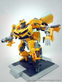 Just look at that beautiful picture to the right! That's what you have to love about the Transformers Human Alliance Bumblebee! He's, in my humble opinion, probably the best looking and best built Bumblebee in the market.