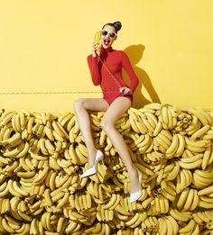 Half Bananen, half gele muur als achtergrond gebruiken, of daarover wit vlak met jasje erin.