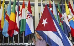 Cuba e America riprendono ufficialmente i rapporti diplomatici Stamattina, attorno alle 10:00 ora italiana, la bandiera cubana è stata aggiunta tra quella croata e quella cipriota in mezzo all'agglomerato di bandiere che rappresentano gli stati con cui l'America #attualità #america #cuba #politica