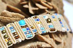Bracelet précieux chic beige et bleu, macramé, perles de rocailles, verre et bronze : Bracelet par shantikrea