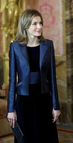 Para la Pascua Militar de 2012 Doña Letizia se decantó por un vestido de Felipe Varela en terciopelo azul marino que combinó con fajín y chaqueta a juego. Pascua Militar 2012.