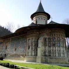 Monasterio de Bucovina Mansions, House Styles, Home Decor, Romania, Castles, Decoration Home, Room Decor, Fancy Houses, Mansion