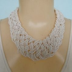 Maxi colar feito com miçangas brancas R$ 18,00