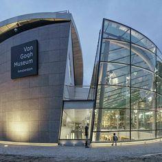 O Museu Van Gogh, em Amesterdã. Projeto Kisho Kurokawa Architect and Associates.Predio com fachada em vidro e concreto com planta semi-circular.