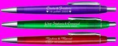 Jolie idée de cadeau pour vos invités lors de vos noces, ces stylos mariage sont personnalisés avec logo, date et prénoms des mariés. Date, Logo, Pens, Wedding Ring, Gift, Weddings, Logos, Environmental Print