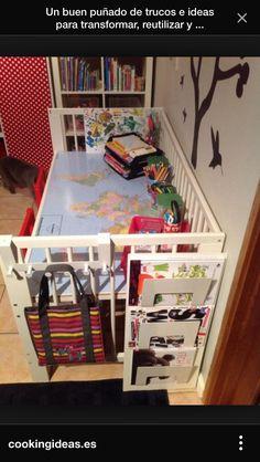 Reapeofitar cuna com a escriptori amb mapamundi de fons