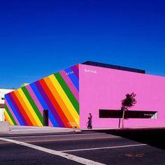 """È uno degli edifici più """"instagrammati"""" di #LosAngeles: a giugnoil muro rosa dello store di #PaulSmith si trasforma in un vero arcobaleno  per celebrare il mese di """"Los Angeles Pride"""". Anche #Londra #Madrid #Nashville e #Cleveland seguiranno l'iniziativa con installazioni a sostegno dei diritti della comunità LGBTQ  #MCInstanews #LosAngelespride #Kindcomments #paulsmithLA #Rainbow #LGBTQ #PaulSmithpinkwall  via MARIE CLAIRE ITALIA MAGAZINE OFFICIAL INSTAGRAM - Celebrity  Fashion  Haute…"""