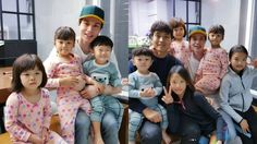 """Lee Dong Wook Reunites With Daebak And His Family, And Daebak Shows His Love For Him On """"The Return of Superman"""" 