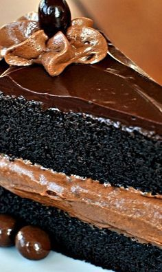 Midnight Sin Chocolate Cake ~ The cake is quite easy to make. No fussing over the crucial creaming step that is so important to butter cakes. Best of all: No cake flour required! Cake for uncle Just Desserts, Delicious Desserts, Yummy Food, Delicious Chocolate, Southern Desserts, Baking Recipes, Cake Recipes, Kolaci I Torte, Cakes Today