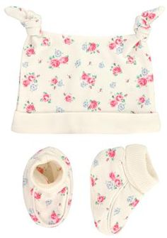 A perfect gift for new parents, this little set contains a lovely knotted hat and booties in our pretty Sweet Rose print.