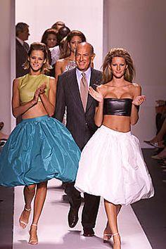 Iconic Oscar de la Renta moment, flanked by Carmen Kass and Gisele Bundchen.
