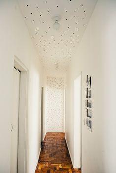 Ela decorou todo o teto e uma parede do corredor com bolinhas adesivas.