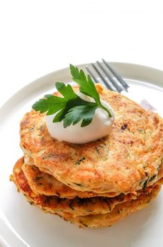 placki z cukinii marchewki i fety Healthy Meats, Healthy Food, Vegetarian Recipes, Healthy Recipes, Easy Food To Make, Food Photo, Food Inspiration, Love Food, Food And Drink