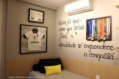 Paradiso Vila Mariana - Quarto do Mateus de 10 anos. Menino de personalidade forte escolheu a frase que mais gostava para estampar sua parede junto do quadro do seu time do coração e suas medalhas.