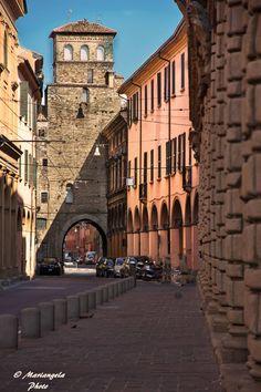 Il #Torresotto di via san Vitale (Mura del Mille) [Sulla destra della foto le bugnature di palazzo Fantuzzi]