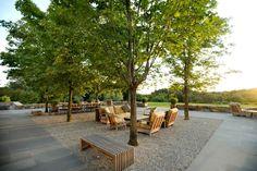 Gemütliche Sitzecke im Garten unter dem Schatten eines Laubbaumes