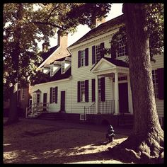 Colonial house in the shade by montse_moze via Instagram.