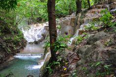 Agua bendita Cristalinas aguas que descienden en invierno del Parque Nacional Barra Honda, Guanacaste, Costa Rica.