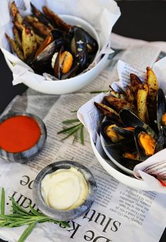 MOULES-FRITES MED HJEMMELAGET AIOLI OG KETCHUP Aioli, Ketchup, Ramen, Camembert Cheese, Seafood, Mad, Ethnic Recipes, Sea Food