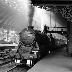 13 wonderful old photographs that show how York Railway Station has changed down the years Gandy Dancer, Steam Trains Uk, Tube Train, York England, Train Platform, Old Train Station, Old Trains, Steam Locomotive, Interesting History