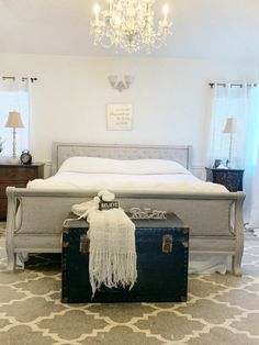 How To DIY A Tufted Headboard - Give your headboards a whole new look on a budget. Tufted headboards can be expensive. Transform your current headboard into a fabulous tufted headboard. Farmhouse Bedroom Set, Old Bed Frames, Plain Cushions, Old Beds, Simple Bed, House Beds, Pallet Benches, Pallet Tables, Pallet Bar