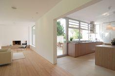 Küche und Wohnraum umschliessen das Atrium - Verwobene Komposition - Atriumhaus in Niedersachsen