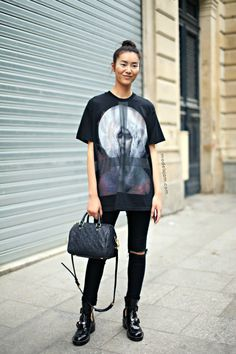 #LiuWen let's see that again. (from another angle to ogle those Balenciagas some more). #offduty in Paris.