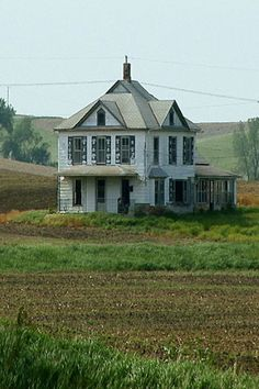 Forgotten Farm House--that is now remembered. Abandoned Farm Houses, Abandoned Property, Old Farm Houses, Abandoned Mansions, Old Buildings, Abandoned Buildings, Abandoned Places, Beautiful Homes, Beautiful Places
