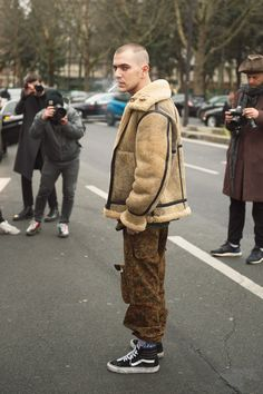 The Best Street Style from Paris Fashion Week Photos GQ Streetwear, La Mode Masculine, Cool Street Fashion, Paris Fashion, Street Style Trends, Street Styles, Shearling Jacket, Men Street, Stylish Men
