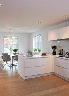 une jolie cuisine laquée blanche avec sol en parquet clair