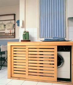 Un mueble bajo con puertas correderas es perfecto para ocultar la lavadora y la secadora cuando éstas se sitúan en línea en el office.