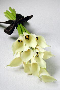 kukkaのウエディングフラワーABC-カラー ブーケ ブラックアイビューティー Wedding Bouquets, Wedding Flowers, Flower Boxes, Calla Lily, Corsage, Floral Arrangements, Bloom, Bridal, Pretty