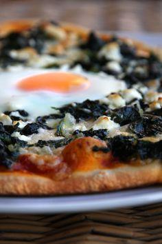 Pizza Spinaci mit Büffelmozzarella, Feta und Ei