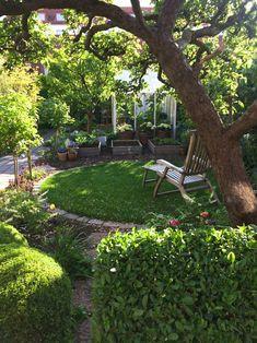 aménagement petit jardin avec abri, jeunes arbres et parterres de fleurs