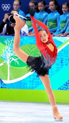2010年2月のバンクーバー五輪で銀メダルを獲得した浅田の演技=上田幸一撮影