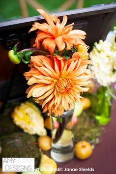 Orange Dahlias are a perfect color for a garden inspired wedding reception. So colorful! Location Nestledown @everyelegantdet @janaeshields #gardeninspired