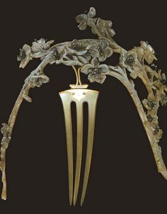 Lalique hair comb.  This is so beautiful it makes me want to cry. One day I pray to own one of his designs.  This particular piece would be divine!