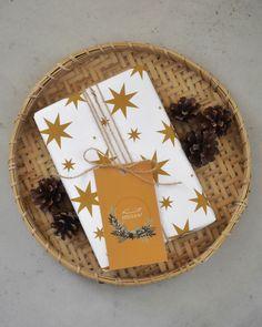 STARS - kuosin löydät kolmessa eri sävyssä - valitse omat suosikkisi! Tämä vahva paperi kestää repeilemättä kantikkaidenkin lahjojen paketoinnin. 60 CM x 1,5 M Suunniteltu ja valmistettu Savonlinnassa! Wrapping Papers, Wraps, Plates, Tableware, Home Decor, Licence Plates, Dishes, Dinnerware, Decoration Home