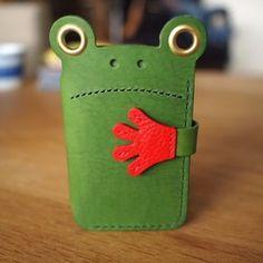 ◆かえるのキーケース マカセテケロッです。この子に鍵をマカセテおけば大丈夫!頼もしいキーケース、マカセテケロッです。中には、カードや折りたたんだ紙幣を入れることができます。鍵を6本迄入れることが出来ます。手のボタンと下のボタンで鍵をしっかり守ります。無事に帰る(蛙)のゲン担ぎで、大人気です。◆カラー…アボカドグリーンサイズ…W80/H125(mm)閉じた状態 W155/H80(mm)開いた状態 手は含まず。◆使用しているキーホルダーはスイスアミエット社が誇る最高級のキーホルダーです。Tempered Steelで作られているため、強度としなやかさを兼ね備えており鍵の付け外しもしやすいです。◆使用している革は、イタリアで作られたタンニン鞣しの牛革で、牛革の中でもっとも繊維の詰まった部位であるベンズの中央部分のみを使用しており、イタリアらしい発色の良さが魅力で、たっぷりとオイルを含んでいてしっとりとした触り心地が特徴の革です。◆メリットは、日焼や経年変化で、深みのある美しい色に変わっていきます。たっぷりオイルを含んでいる為、オイルやクリームを添加する必要があり...