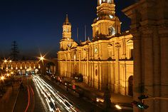 """La ciudad de Arequipa también es conocida como la """"Ciudad Blanca"""". Su centro histórico ha sido reconocido como Patrimonio Cultural de la Humanidad por la arquitectura de sus hermosas construcciones coloniales en sillar blanco, destacando sus casonas, iglesias, templos y monasterios como Santa Catalina. Está rodeada de una bella campiña con pueblos con hermosos paisajes."""