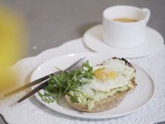 """Toast avocado met spiegeleitje - Libelle Lekker Libelle Lekker Chef Ilse: """"Zelf ben ik gek op avocado en als het op zondag eens wat uitgebreider mag zijn dan maak ik graag een toast met avocado, parmezaan en een spiegeleitje. Vooral de extra parmezaanschilfers erbij en wat verse rucola maken dit voor mij af. Bovendien is het eens wat anders én gezonder dan de koffiekoeken op zondag."""" Avocado Toast, Brunch, Eggs, Breakfast, Food, Seeds, Morning Coffee, Essen, Egg"""