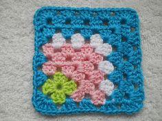 """Accesorios granny project 2012 - love this off centre granny!"""", """"granny square scentrata Tutorial for Crochet, Knitting. Crochet Motifs, Crochet Blocks, Crochet Squares, Crochet Granny, Crochet Stitches, Granny Squares, Granny Granny, Crochet Crafts, Crochet Yarn"""