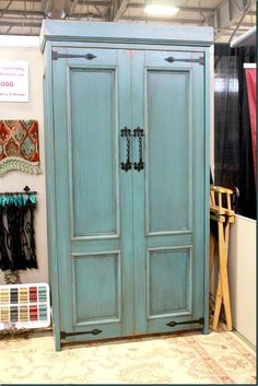 Awesome Murphy bed idea, I wonder if we could make this? LOve these Murphy Beds- would be perfect in an office or a craft room! HOT Trends from the OKC Home & Outdoor Living Show - Refunk My Junk Rustic Murphy Beds, Rustic Bunk Beds, Modern Murphy Beds, Farmhouse Murphy Beds, Cama Murphy, Murphy Bed Desk, Murphy Bed Plans, Murphy Bef, Diy Murphy Bed
